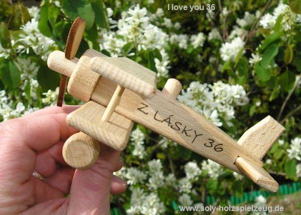 Spielzeug Flugzeug aus Holz mit Gravur