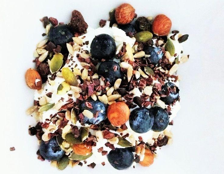 Zo start ik graag de dag! Breakfast - blauwe bessen, hazelnoten, pompoenpitten, cacaonibs, zonnebloempitten,rozijnen.  Meer foodphoto's en recepten van mij vind je op onderstaande link  https://