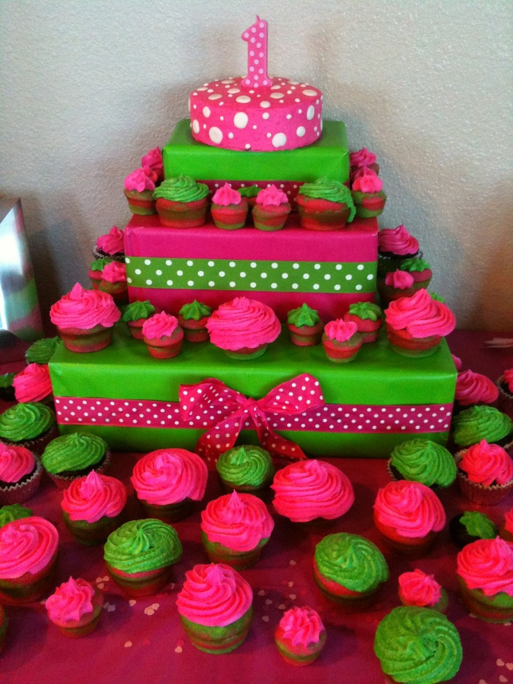 Stands de tortas y cupcakes hechos con cajas de cartón decoradas.