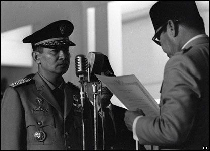 President Sukarno welcomes Suharto into his cabinet on July 29, 1966