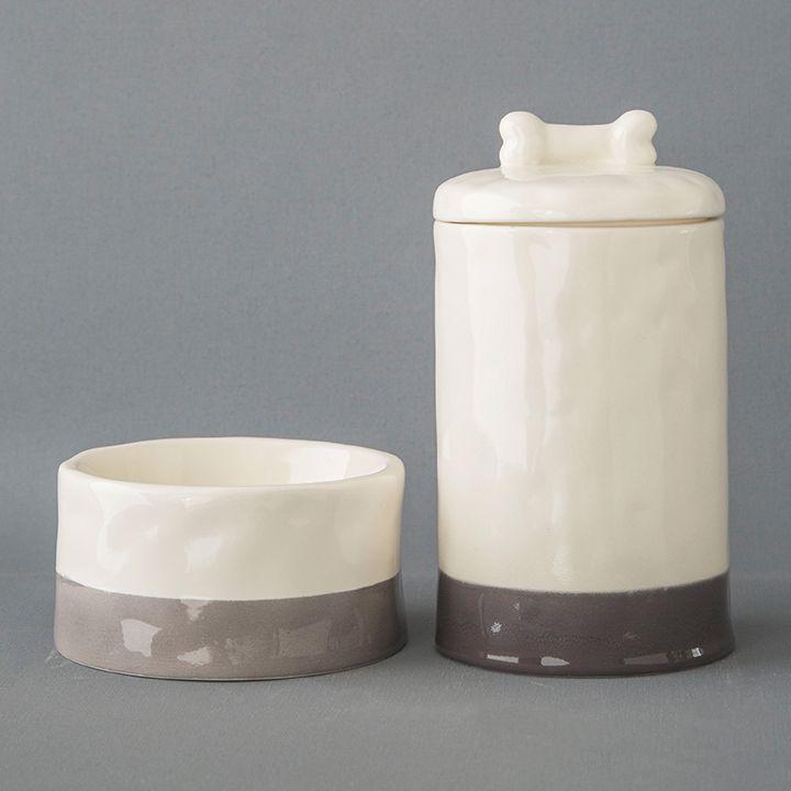 Para conservar la comida de tu mascota y para que tu casa siempre se vea limpia y organizada. Portacomidas y bowls hechos a manos en cerámica. Pregunta por los colores disponibles en el 3116179030.  #WeAreMolly #WeLoveDogs #MollyAndTheBone #BetweenBestFriends #MollyHome #Pottery