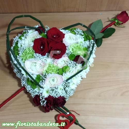 Composizione floreale a forma di cuore per San Valentino