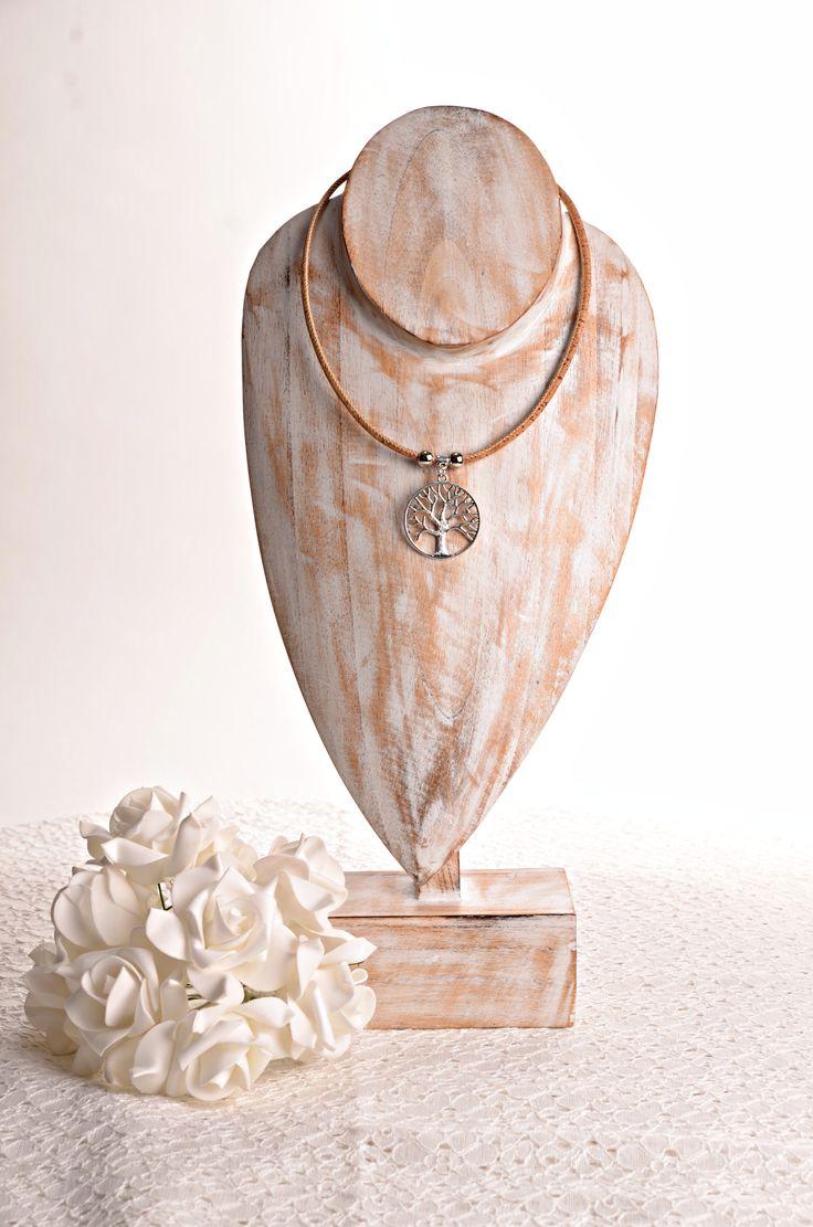 Ketting van kurk met ronde levensboom hanger   Exclusief handgemaakte ketting, gemaakt van Portugees kurkleer met ronde levensboom hanger.      Materiaal: Portugees kurkleer     Hanger Maat: 6cm     Hanger materiaal: zinc alloy (lood en nikkel vrij)     Uniek handgemaakt: Ja     Lengte: 47cm     De levensboom staat symbool voor wijsheid, bescherming, kracht, overvloed, schoonheid, en verlossing. Ook is de levensboom natuurlijk een symbool voor het leven zelf.