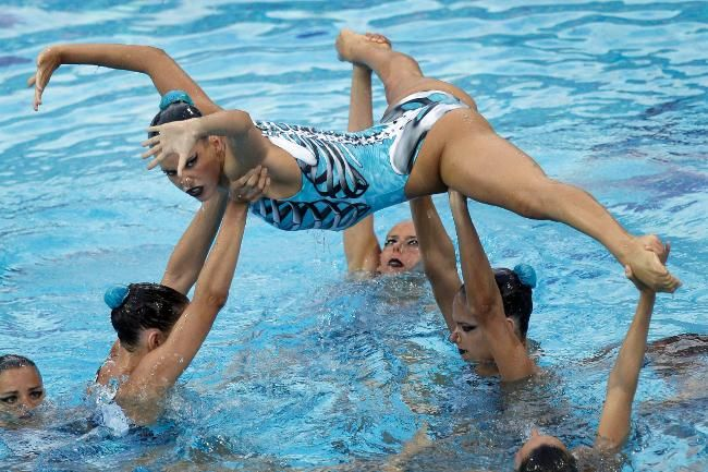 This photo shows how Spain sets up this highlight. The 8th swimmer is on the hips of the swimmer holding up the shoulder.