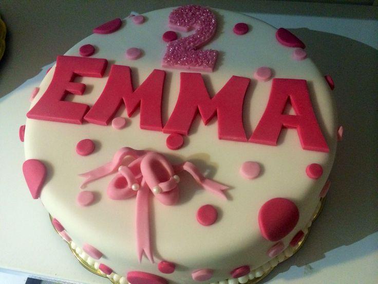 Růžový dortík pro holčičku s vyřezaným nápisem, číslicí a cvičkami.