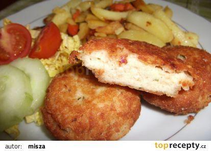 Rybí karbanátky se sýrem s pečenými hranolky se zeleninou. recept - TopRecepty.cz