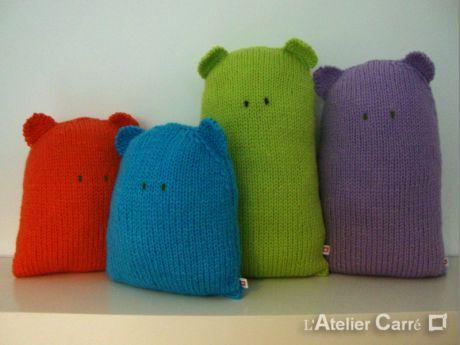 Coussin doudou forme ours en tricot design par l'Atelier carré