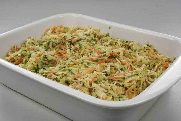 Fiskefileten lægges i et ovnfast fad. <BR> <BR> Selleri og gulerødder rives groft og porrerne skæres i tynde skiver. <BR>  Grønsagerne svitses i margarinen. Hvidvin eller fiskebouillon hældes