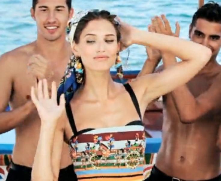 #fashion#Dolce#Sicilia È ancora una volta il sud Italia a ispirare e stregare #Dolce, ci ritroviamo in piena estate, al mare, dove birbanti giovanotti fanno a gara per strappare almeno uno sguardo a una delle quattro icone protagoniste del video: #BiancaBalti e #MonicaBellucci, #ZuzannaBijoch, #KateKing. http://www.zoemagazine.net/magazine/moda/news-moda/item/1557-dolce-e-gabbana-making-of-primavera-estate-2013.html