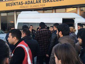 'Hayır' şarkısı söyleyen gençlere gözaltı girişi: Halk engelledi