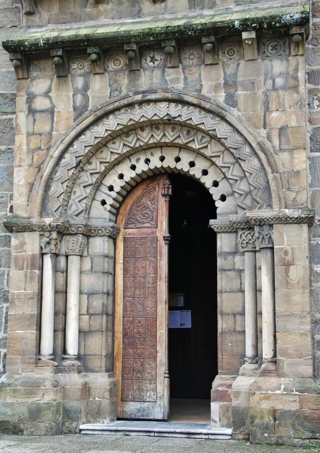 http://guias-viajar.com/ Portada con elementos románico de la Iglesia Santa Eulalia de Ujo en la Montaña Central de Asturias
