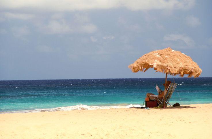 O aluguel de guarda-sol na praia da Cacimba do Padre (foto) custa R$ 20, além dos R$ 10 para cada cadeira emprestada (foto: Eduardo Vessoni)