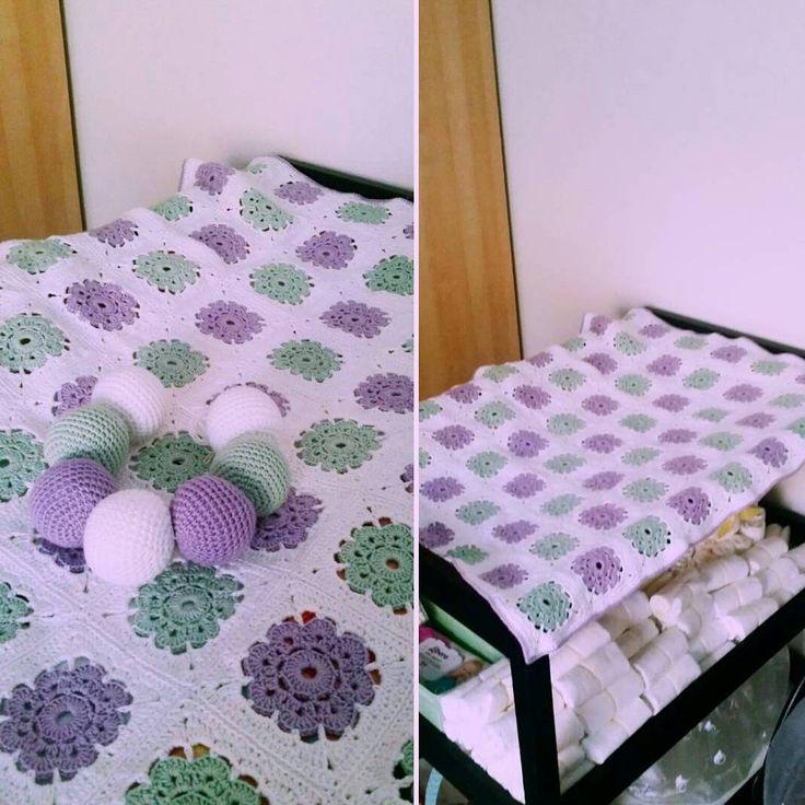 """@mariavirkar på Instagram: """"En filt och en liten mobil till min bästa väns fina son. #virka #crochet #barnvagnsmobil #babyfilt """""""