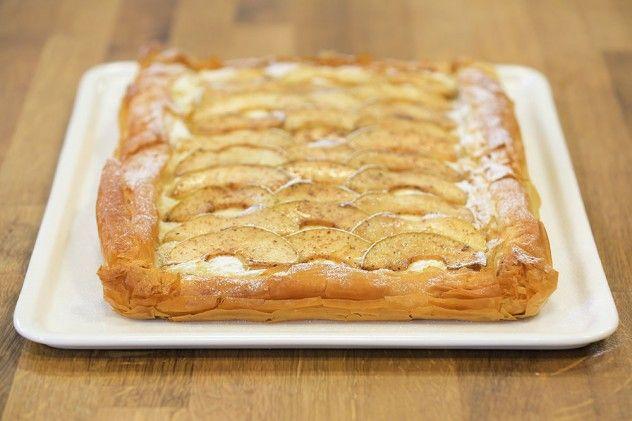 Baklava Yufkasında Elmalı Tart Malzemeleri 15 adet baklava yufkası 200 gr. tereyağı – erimiş Harç için Malzemeler 10 kaşık toz şeker 9 kaşık irmik 1 litre süt 1 paket vanilya Üzeri için Malzemeler 2 adet yeşil elma – ince dilimlenmiş 1 tatlı kaşığı tarçın 2 yemek kaşığı esmer şeker ½ limon suyu 1 tatlı kaşığı pudra şekeri Bir sos tenceresine irmik, şeker, vanilya ve sütü koyup sürekli karıştırarak muhallebi kıvamına gelinceye kadar pişirin ve kenara alın. Elmaları incecik doğrayıp geniş...