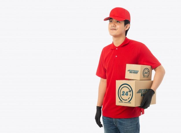 Download Young Delivery Man Holding Paper Cardboa Premium Psd Freepik Psd Mockup Business Man Box Yellow Business Card Business Card Mock Up Box Mockup
