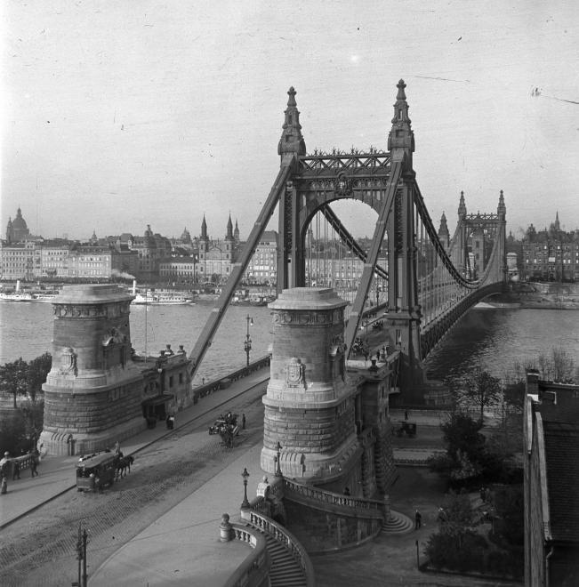Erzsébet híd budai hídfő.