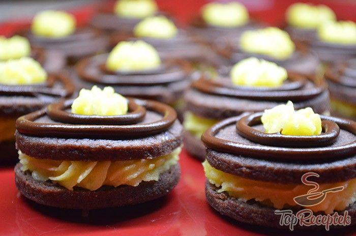 Szeretek olyan édességeket, desszerteket az asztalra tenni, ami nemcsak ízben finom, hanem külalakra is nagyon megnyerő. Nemcsak a vendégeket lepem meg az ilyen kis falatkákkal, hanem a családot is sokszor örvendeztetem meg velük. Egyik ilyen jól bevált receptem a ropogós kakaós kekszfalatkák lágy vajas krémmel. Két kakaós korong között megbújtatom a lágy és finom vajas krémet, a tetejét pedig csokoládéval és a maradék krémmel díszítem. Mindig örömet tudok vele szerezni, és én is nagyon…