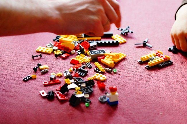 Manos a la obra! David Beckham comparte una foto en su Instagram tratando de montar para sus hijos un Lego de 4.000 piezas