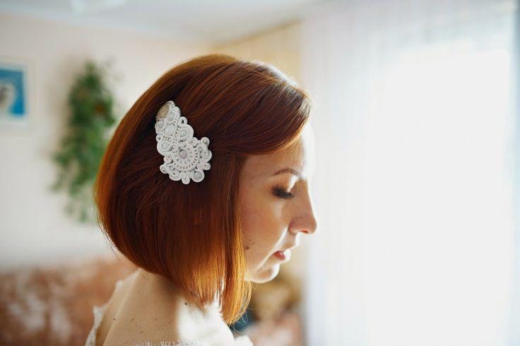 Biały grzebień do włosów w technice haftu sutasz (soutache) dla Panny Młodej.