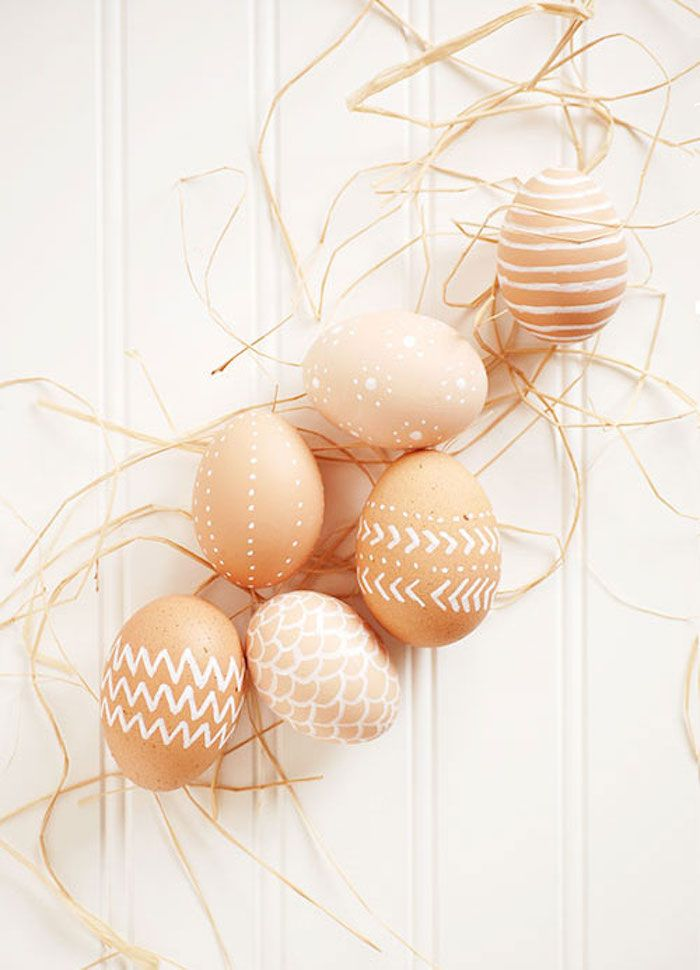Decorate Easter eggs with a paint pen