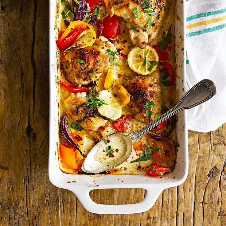 Ovenschotels hebben als voordeel dat de oven zelf het meeste werk doet en je er nauwelijks naar om hoeft te kijken! Maak deze heerlijke kip-citroenschotel en serveer eventueel met een simpele groene salade.    1Verwarm deoven voor op 200...