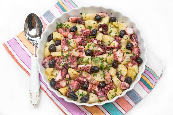 L'insalata di polpo e patate con olive è un'insalata fredda di pesce molto gustosa che può essere consumata come antipasto o come secondo piatto con contorno. Il vantaggio dell'insalata di polpo e patate è che si può preparare in anticipo (es. il giorno prima per il giorno dopo) e che il giorno dopo si sarà insaporita e di conseguenza sarà ancora più buona. Ovviamente il segreto di questo piatto sta nella qualità degli ingredienti e nella cottura del polpo. Io ho scelto di cuocere...