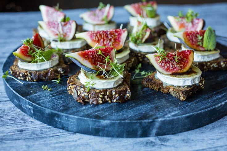 Sprø toast med chèvre og fiken er en lekker feststarter. Oppskriften gir 12-16 stk. Oppskrift: Lise Finckenhagen Foto: Sara Johannessen