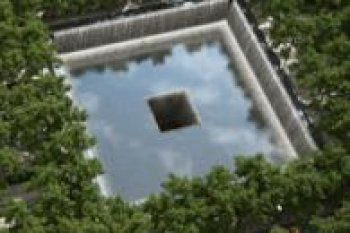 Sur les ruines des tours jumelles du World Trade Center est bâti un mémorial dédié aux victimes des attentats du 11septembre 2001. Visitez le site.
