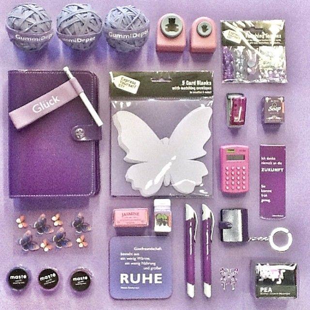 Hier nun das lila Paket – des #filofaxing #Gewinnspiels auf der #Karstadt #Facebook Seite! Du musst dich zwischen #GRÜN, #ORANGE und #LILA entscheiden! Also, wie gefällt dir dieses #PURPLE #Filofax-Farbset prallgefüllt mit einem trendigen #Organizer + #washitapes + #Taschenrechner #Clip + #Magnetischem #Lesezeichen + #Bärchen und #Hand Locher + allem, was dein #DIY - ♥ höher schlagen lässt??