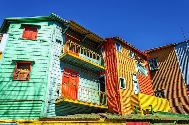 Caminito es un barrio que está lleno de edificios de colores para las personas a tomar fotos de. Es muy bonito.