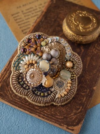 Sakula-embroideryのアトリエ便り-エナメルブローチ