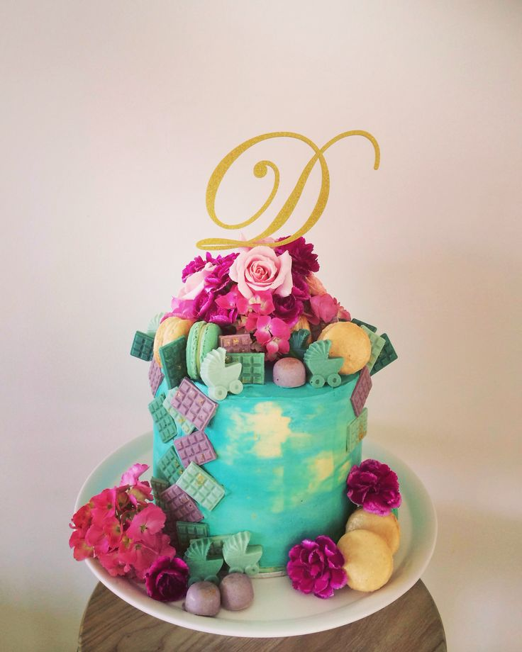 Baby shower cake. Hummingbird and coconut buttercream layers with our own pins colada and salty caramel macarons + white chocolate amaretto bites. Flowers also by Y Style ☺️
