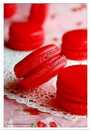 「✿真っ赤な苺のマカロン✿」真っ赤な苺のをガナッシュを挟んだマカロンコックも真っ赤で、情熱的に♪【楽天レシピ】