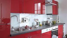 Das Endergebnis kann sich sehen lassen: Die Küchenfronten erstrahlen in neuem Hochglanz Rot.