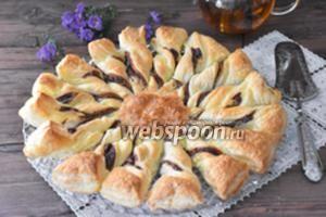 Пирог «Подсолнух» из слоёного теста с шоколадной пастой и кокосом