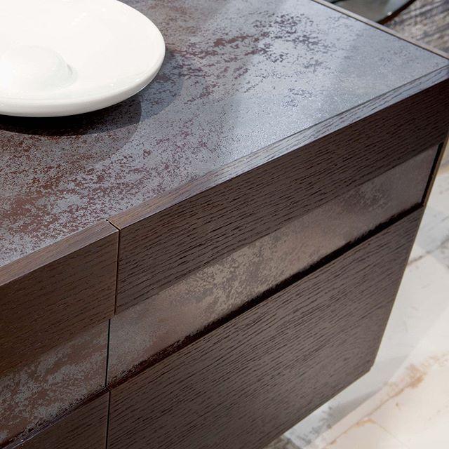 Detalles de calidad. Los muebles de OZZIO son fabricados con materiales de primera calidad: metal madera laca cristal pieles; perdurables con el  transcurso de los años incluso después de un uso intensivo.