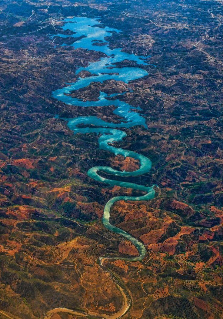 Река Оделейте протекает в Португалии и берет начало в горах Сера-де-Калдейран. После того как в сеть попал данный снимок^ реку прозвали «Голубым драконом». Ее очертания и правда напоминают китайского дракона.   Источник: http://www.adme.ru/svoboda-puteshestviya/15-izumitelnyh-rek-kotorye-stoit-uvidet-svoimi-glazami-1045760/ © AdMe.ru