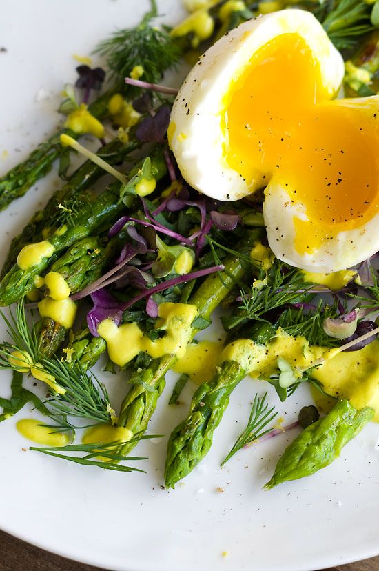Grüner Spargel mit weichem Ei und Zitronen-Mandel-Mayonnaise