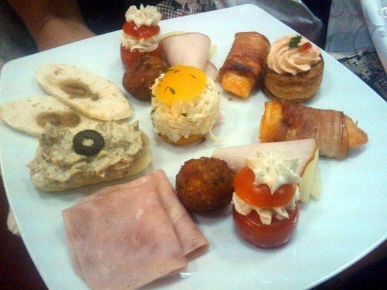 Aperitiv cu  roşii cherry cu pastă gorgonzola, ardei umplut cu salată de vinete, piept de pui învelit în bacon, ruladă de pui cu smochine, şunculiţă de porc, chifteluţe de pui, tartă cu pastă de peşte, muşchi file cu pepene galben, salată de ţelină pe pat de piersică.