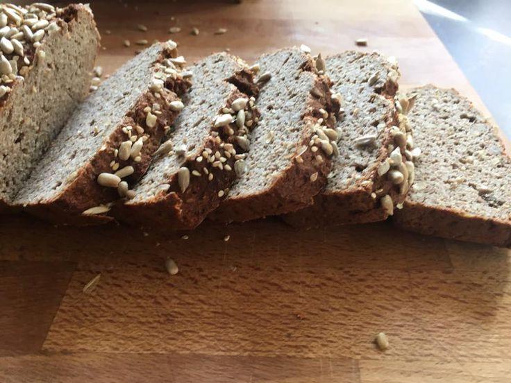 Wer gerne Brot isst, aber auf Mehl verzichten will, hier ist mein absolutes Lieblings Eiweiß Brot, geht schnell und ist einfach zu backen.