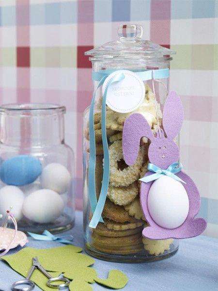 Mit einem Filz-Osterhasen mit dicken Eierbauch können Sie Keksgläser, aber auch Ostersträuße dekorieren. Bei uns finden Sie die Anleitung.