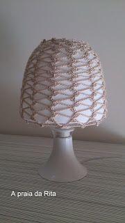 A praia da Rita: Candeeiro de mesa de cabeceira com capa de crochet / Bedside table lamp with crochet cover