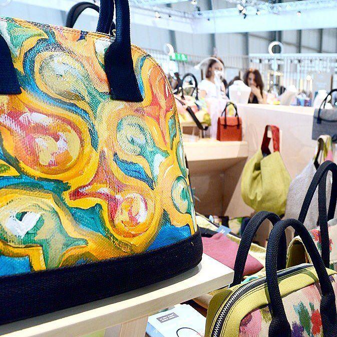 Le Zirre in fiera (link in bio)  @lezirrenapoli #bags @homimilano @homismartmilano #lezirre #borse #fiera #homi #style #artdirection #paint