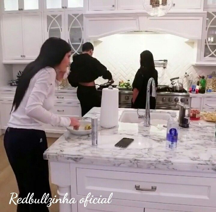 2048x2048 Kylie Jenner In Her House 5k Ipad Air Hd 4k: Pin By Mitchelle Arzu On Home In 2019