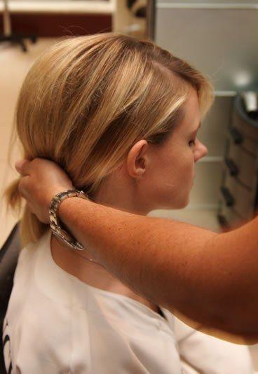 Passo a passo coque glamour - instruções coque baixo - Passo a passo: como fazer um coque glamour  - Para formar o coque, leve seu cabelo para o mesmo sentido da franja (como se você fosse fazer um rabo de cavalo baixo e de lado).