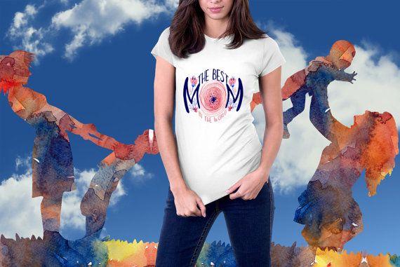 Best Mom in the World. https://www.etsy.com/it/listing/469436745/la-mamma-migliore-del-mondo-t-shirt-da