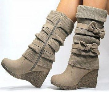 Wedge-heeled boots with bows