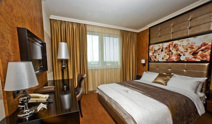 Hotel Délibáb**** Hajdúszoboszló CLASSIC SZOBA Klasszikus art deco stílusban megálmodott szobák, a tökéletes pihenést és maximális kényelemet biztosítják. A mesterien kiválasztott meleg színek élettel telivé varázsolják a szobát. Classic szárnyrészünkben egybenyitható szobák is rendelkezésre állnak, ha családdal vagy barátokkal érkeznek.www.hoteldelibab.hu/ #Hajduszoboszlo #wellness #hotel #gyogyszalloda #hungary