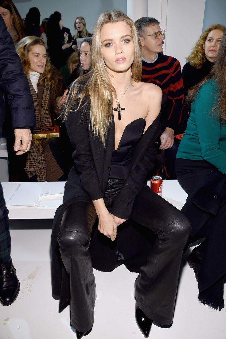 Abbey Lee Kershaw draagt een flared leren broek bij Calvin Klein Herfst/Winter 2017