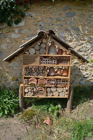 Un hôtel à insectes utiles, (c) Agnès Guillaumin, SNHF. Le Jardin des rêves, JP &  V Herbeth  Lauréats du concours Jardiner autrement 2011
